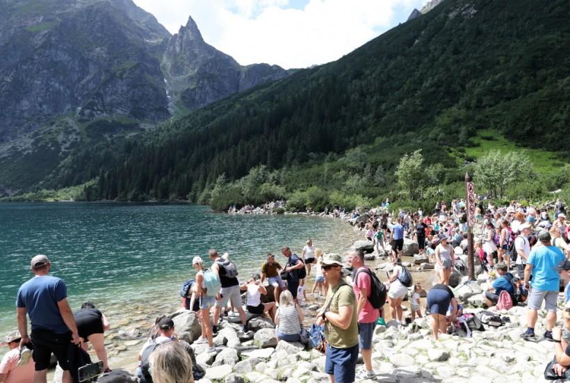 Tłumy turystów w Tatrach nie maleją. Kolejki pod szczytami