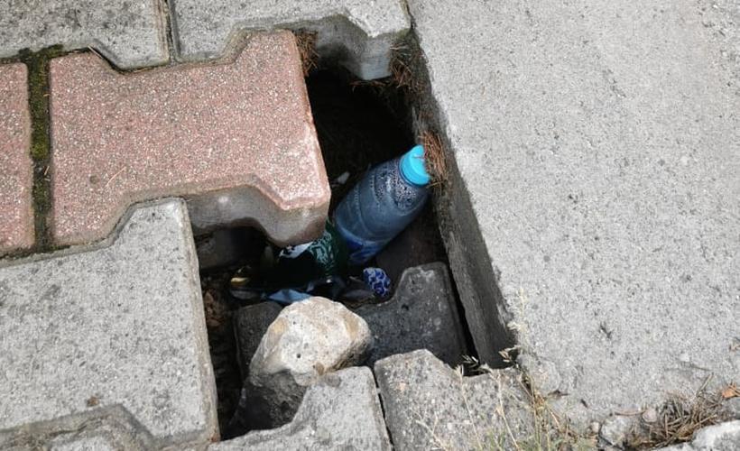 Pod kostką na parkingu woda wymywa podłoże. Kostka zaczyna się zapadać