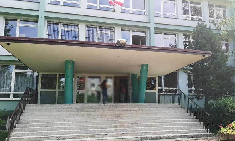 Starostwo tłumaczy się, dlaczego nie buduje hali sportowej przy liceum w Andrychowie