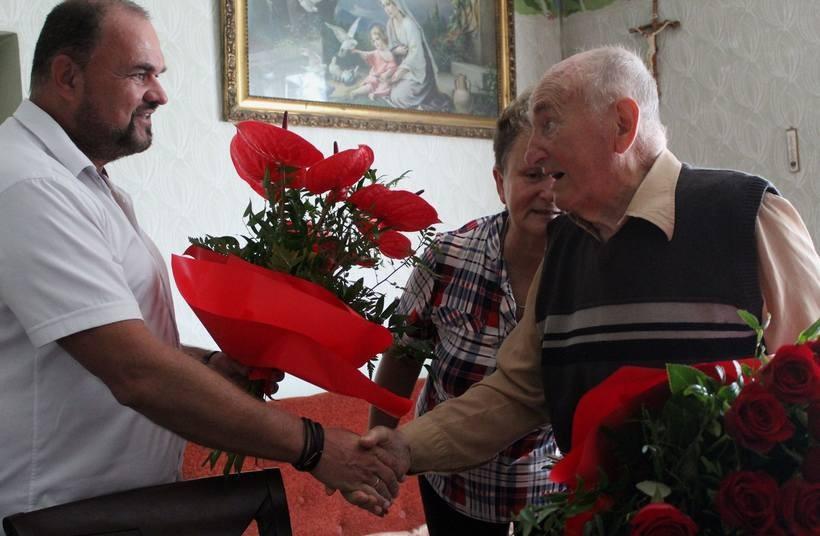 Pan Aleksander ( po prawej) obchodzi piękne urodziny
