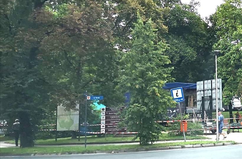 W Parku Miejskim w okolicach fontanny przygotowano już scenę