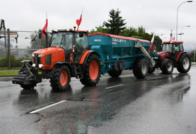 """Rolnicy blokują drogi. """"Będziemy tutaj stali, czy to się komuś podoba czy to się komuś nie podoba"""""""