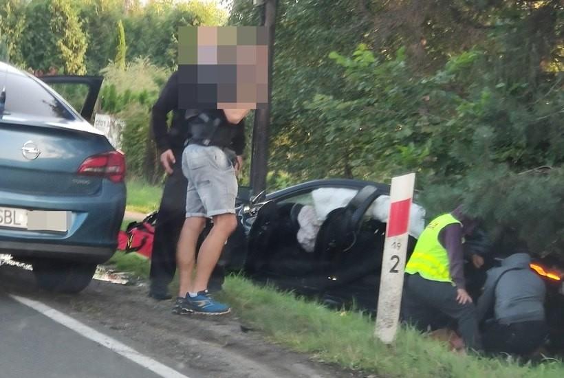 Po wypadku w Jaroszowicach policja poszukuje pasażera. Kierowca diler leży w szpitalu