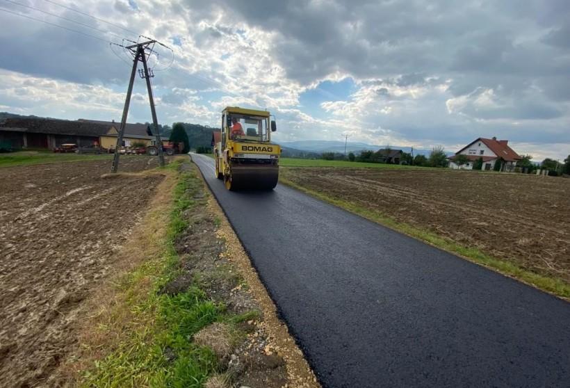 """Wadowice asfaltują drogi wiejskie. Burmistrz: """"To początek, dopiero się rozkręcamy"""""""