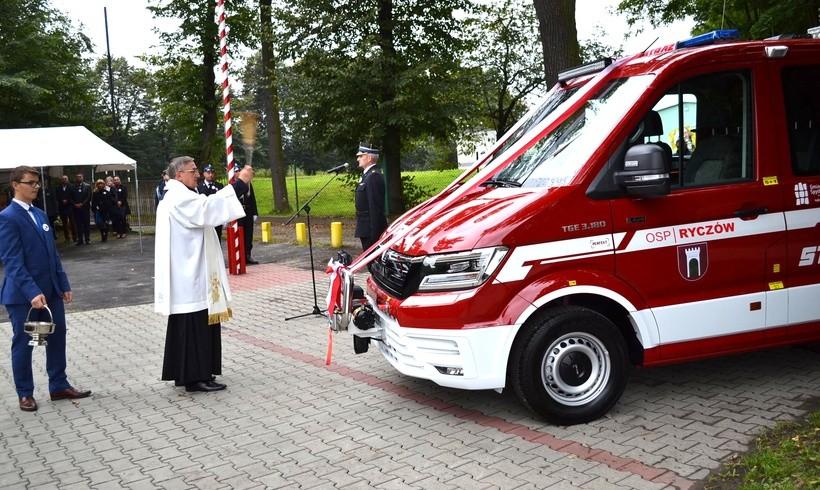Strażacy z Ryczowa świętowali stulecie. Dostali nowy wóz