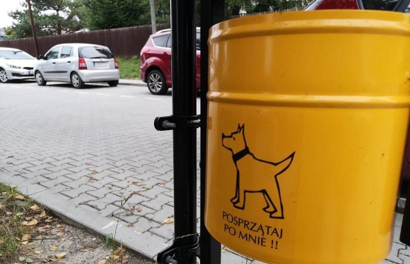 Gustowne kubełki na psie odchody przy parkignu. Spółdzielnia spełnia prośbę mieszkańców i...