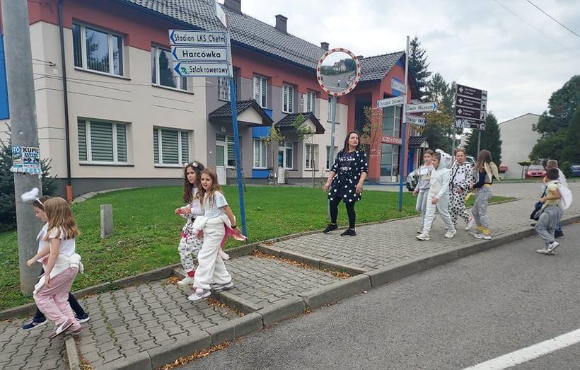 Ubrani w piżamy poszli pobiegać. O co chodziło dzieciakom ze szkoły w Stryszowie?
