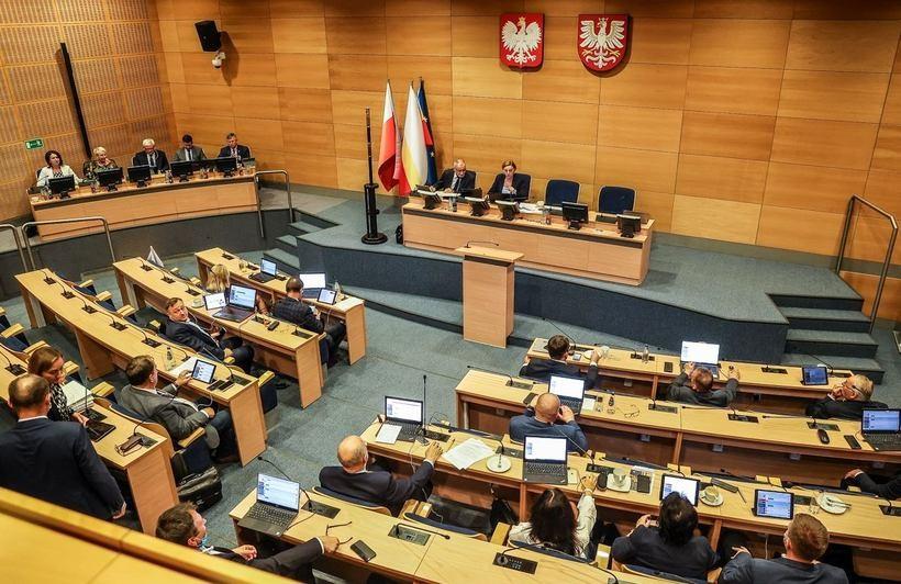"""Małopolska wycofała się z deklaracji """"anty LGBT"""". Radni nie byli gotowi """"wziąć odpowiedzialności"""""""