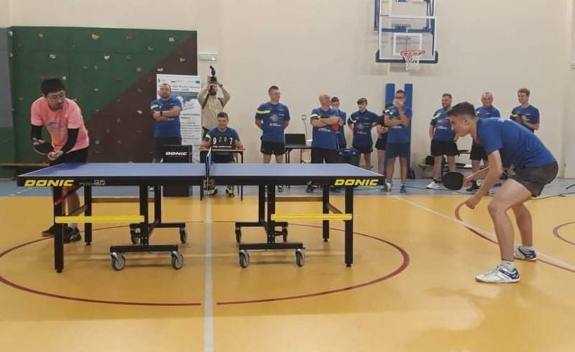 Medalista odwiedził dzieci w Nidku i... rozgromił zawodników przy stole