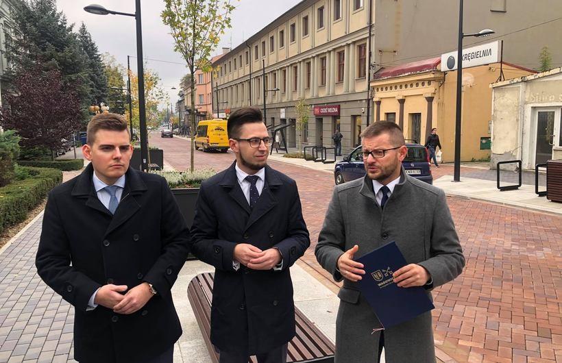 W konferencji wzięli udział burmistrz Bartosz Kaliński, poseł na Sejm RP Filip Kaczyński oraz przewodniczący Rady Miasta Piotr Hajnosz