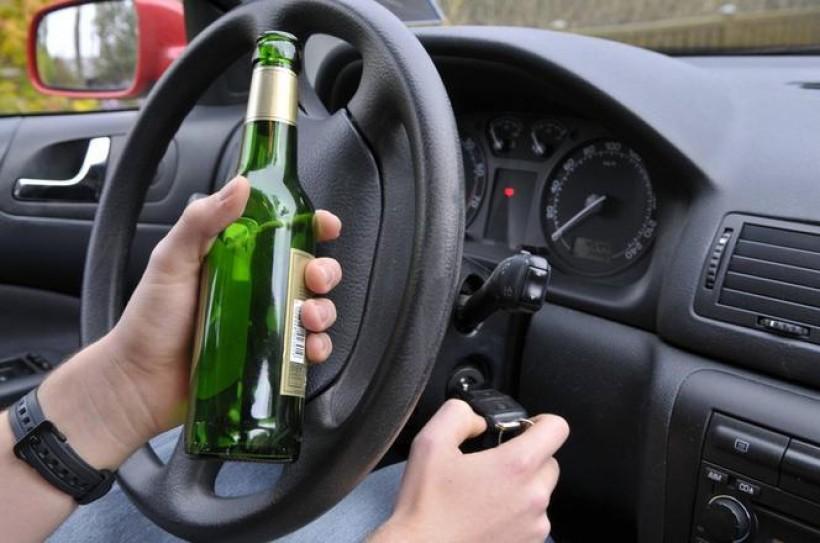 Co za idiotyczny pomysł! Kierowca w BMW pił piwo podczas jazdy i robił relację live w Internecie