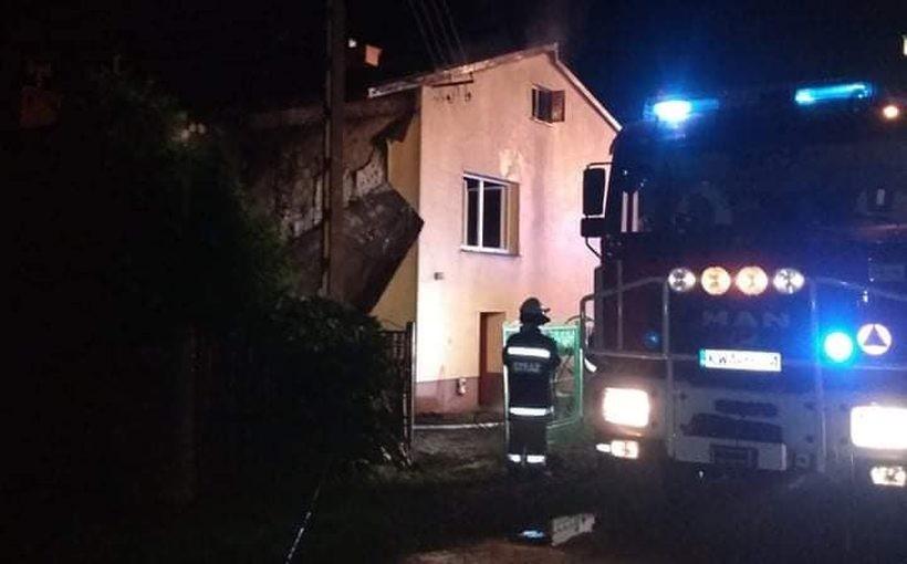 Ciężka noc dla rodziny z Nidku. Cztery osoby trafiły do szpitala w wyniku pożaru domu