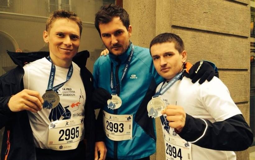 Szymon Putek, Piotr Ćwiertnia i Dawid Pająk z medalami na mecie maratonu