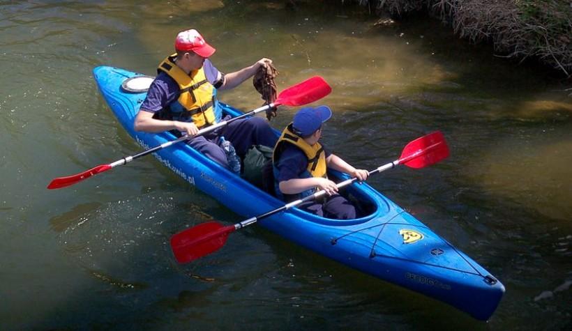 Grupa kajakarzy już po raz czwarty rozpoczyna sezon od sprzątania rzeki.