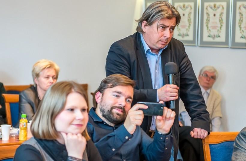 Burmistrz Mateusz Klinowski i jego prawnik Wojciech Sobczak