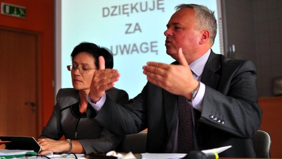 Jacek Jończyk w porównaniu z innymi starostami naszego regionu to prawdziwy krezus. W zeszłym roku zarobił 251 tysięcy złotych. Na zdjęciu w towarzystwie swojej prawej ręki wicestarosty Marty Królik