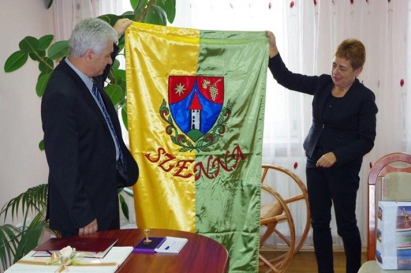 Wójt Małgorzata Chrapek dostała flagę węgierskiej gminy Szenna