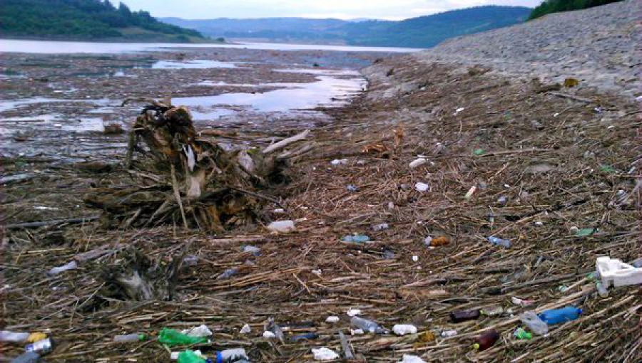 Pod zaporą w Świnnej Porębie zaległy tony śmieci. Czy ktoś je posprząta?