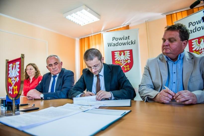 W imieniu powiatu umowępodpisali starostowie Bartosz Kaliński i Andrzej Górecki, a w imieniu firmy Erbud Mirosław Młynarski