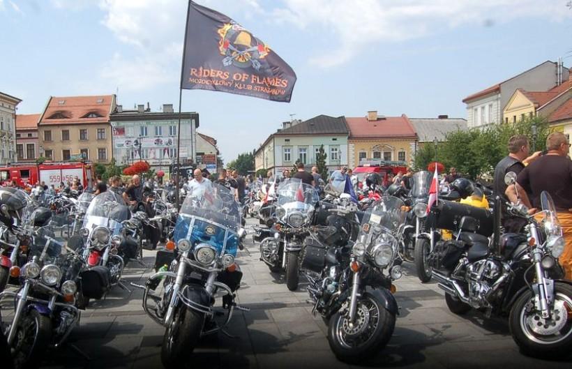 Strażacy na około 300 motocyklach i innych maszynach wyjechali przed południem z Inwałdu w stronę Wadowic. Kilka minut przed 12.00 dotarli na rynek, zapełniając niemal cały Plac Jana Pawła II.