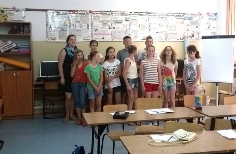 Dzieci z Brzeźnicy spędzają wakcje z Amerykanką, która uczy ich angielskiego