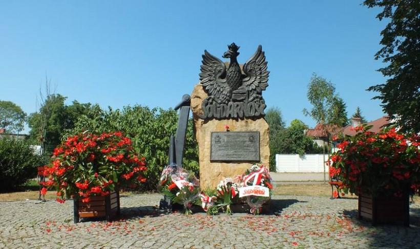 Pomnik Solidarności w Wadowicach. Kwiaty złożyli związkowcy, Urząd Miejski nie wywiesił nawet flag