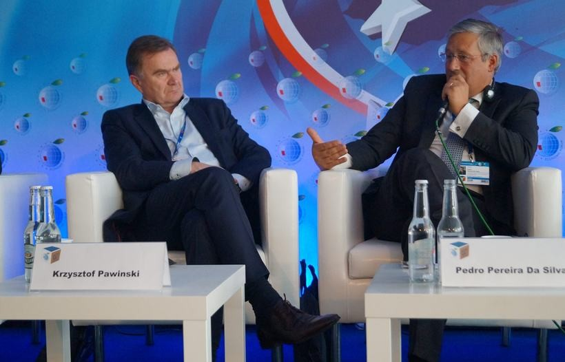 Krzysztof Pawiński (po lewej) tuż obok prezesa sieci dyskontów Biedronka