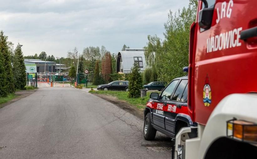 Wjazd na wysypisko zabezpieczają od rana strażacy. Na terenie składowiska chemicy przekopują śmieci
