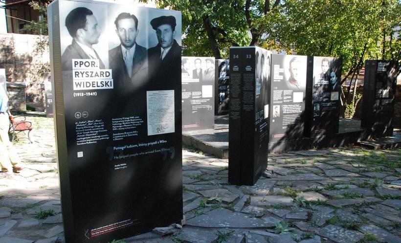 """""""Ekshumacje i identyfikacje ofiar terroru"""". Wzruszająca wystawa w ogrodach muzeum"""