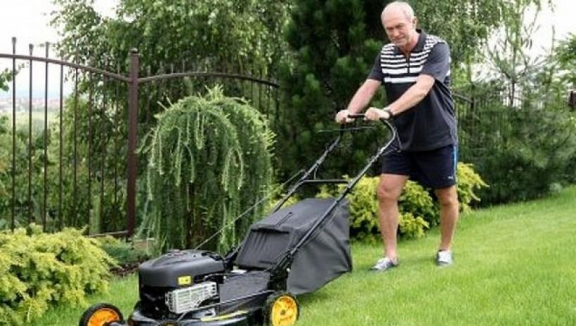 Franciszek Smuda podczas koszenia trawy na działce swoich teściów