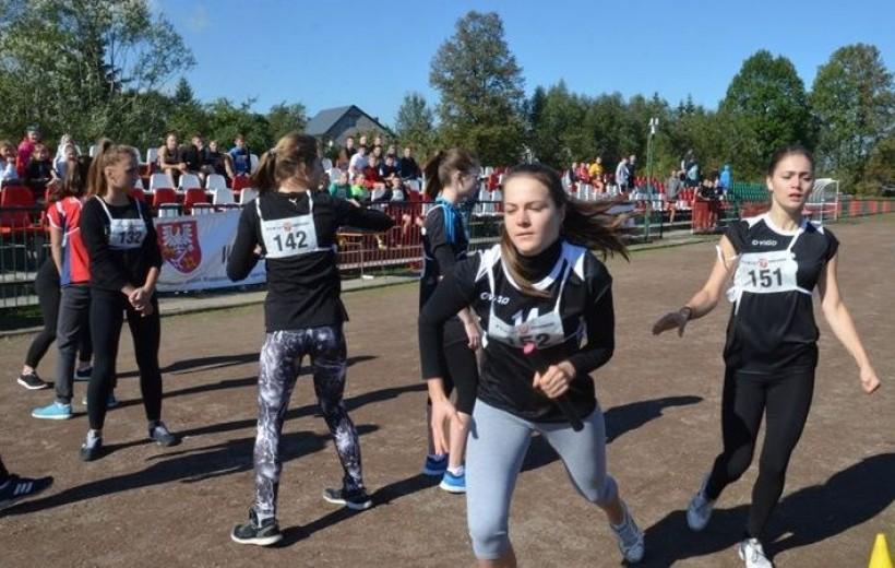 Zawody zorganizowano na bieżni MKS Skawa