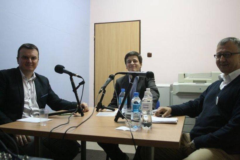 Mariusz Krystian, Paweł Janas i Jżóef Brynkus podczas debaty w Radiu Kalwaria