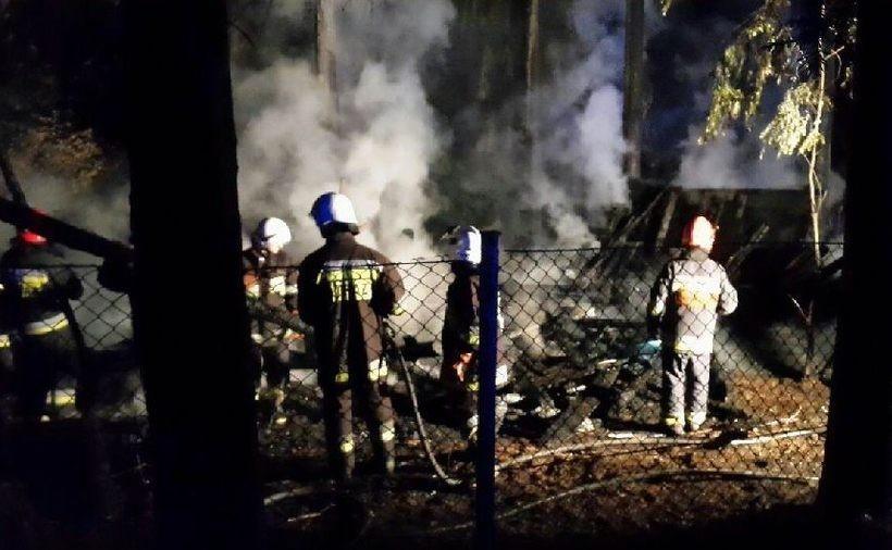 Z małej szopy duży ogień. Strażacy walczyli, by nie zapalił się las i pobliskie budynki