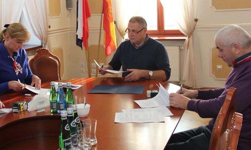 Burmistrz Tomasz Żak i Franciszek Fryc podpisali umowę na wykonanie remontu drogi w Sułkowicach - Łęgu