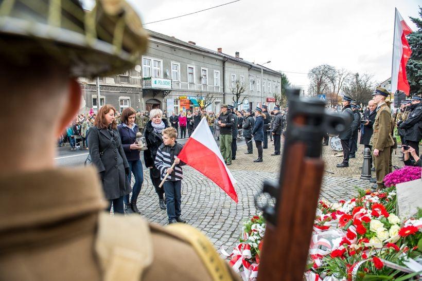 Wielu mieszkańców Wadowic przyszło pod pomnik, by wziąć udział w patriotycznym święcie