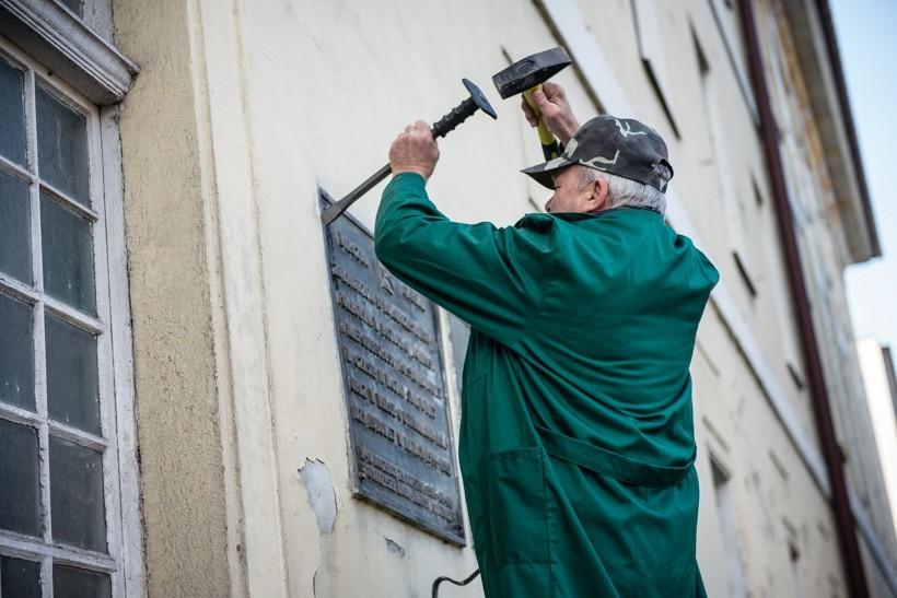 W Wadowicach usunięto tablicę pamiątkową utrwalaczy władzy ludowej