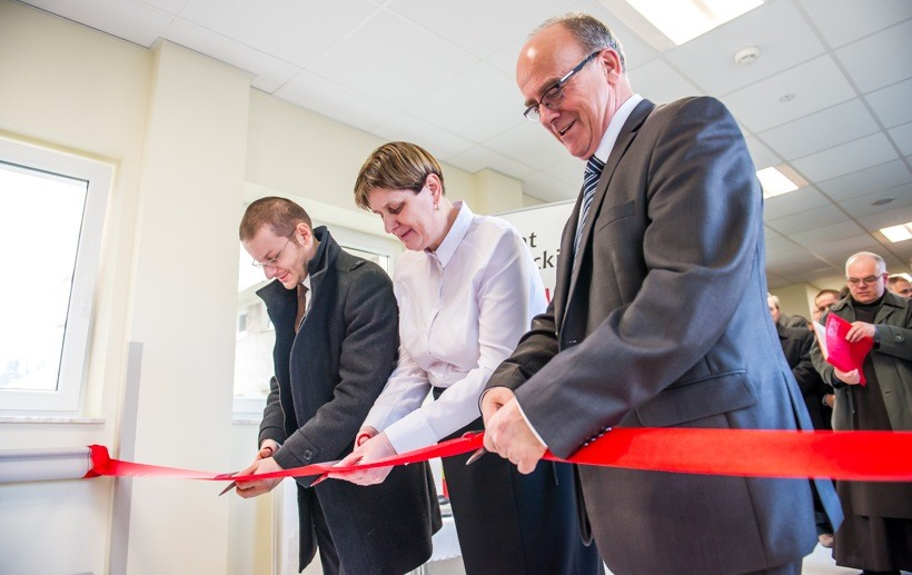 Przecięcia wstęgi do nowego pawilonu dokonali starosta Bartosz Kaliński, radna Maria Wądrzyk i dyrektor Józef Budka
