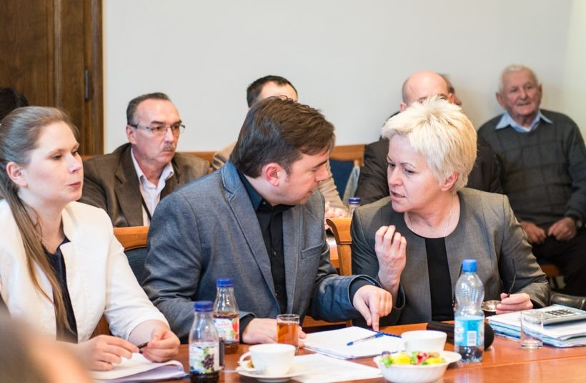 Mateusz Klinowski, burmistrz Wadowic w towarzystwie wiceburmistrz Całus i skarbnik Flasz. Nowa władza Wadowic coraz częściej pokazuje swoją antykatolicką twarz