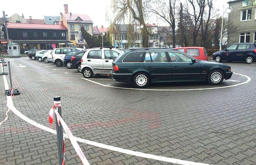 Parking burmistrza został zrobiony na dziko niezgdonie z prawem budowlanym