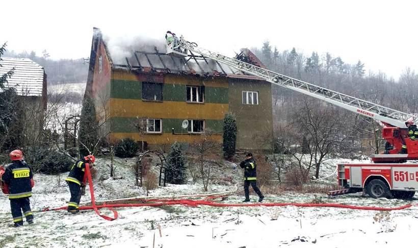 Ogromny pożar w Jaszczurowej. Ludzie ewakuowali się oknami, jedna osoba ranna