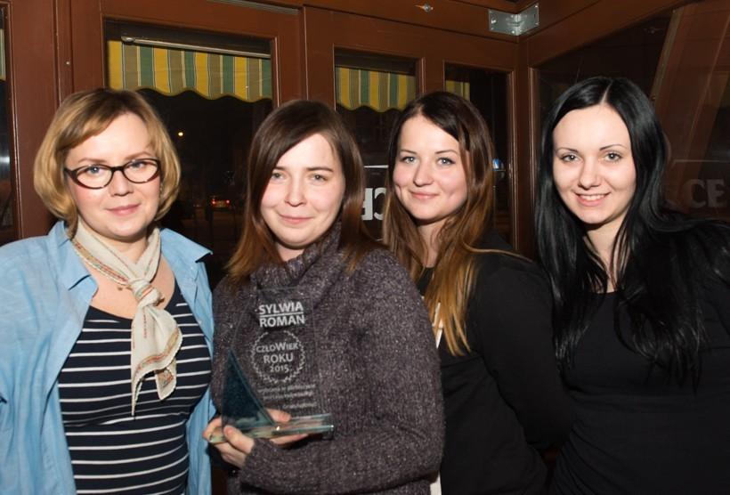 Sylwia Roman (druga z lewej) odebrała nagrodę plebiscytu Człowiek Roku 2015. Sylwii towarzyszyły wolontariuszki z fundacji Ania i Paulina