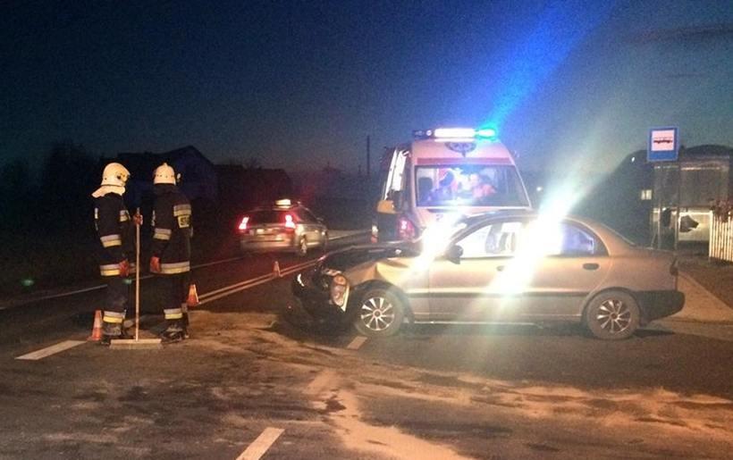 Niebezpieczna kolizja na drodze w Witanowicach. Poszkodowanymi zajęli się lekarze