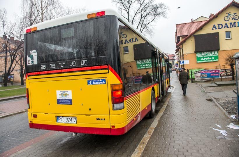 Darmowy bus miał rozwiązać problemy komunikacyjne, a tak naprawdę stworzył kolejne