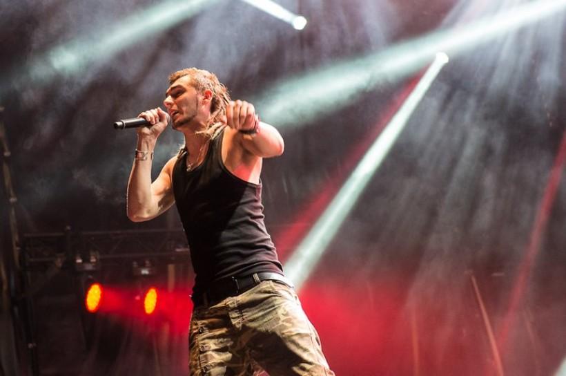 Kamil Bednarek podczas koncertu w Zatorze