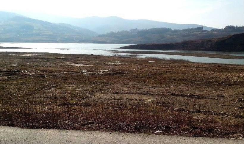 Turyści zauważyli, że woda Skawy na dnie zbiornika w Świnnej Porębie jest o wiele wyższa niż zwykle