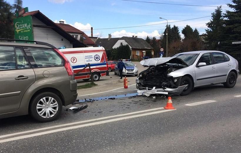 Karambol na krajówce, cztery samochody uszkodzone. Są poszkodowani, w tym dziecko