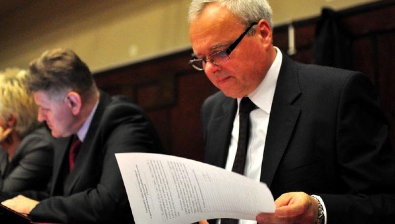 Starosta Jacek Jończyk nie chce podpisać umowy z Wadowicami na przekazanie pieniędzy na szpital, przez co powiat może stracić 750 tysięcy złotych.