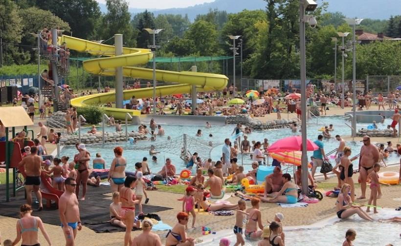 Jedną z atrakcji, która przyciąga do miasta late, jest basen na otwartej przestrzeni