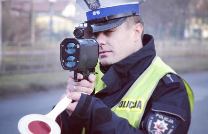 Poszukiwany, bez prawa jazdy, pędził Łazówką na złamanie karku. Prosto... w ręce policji
