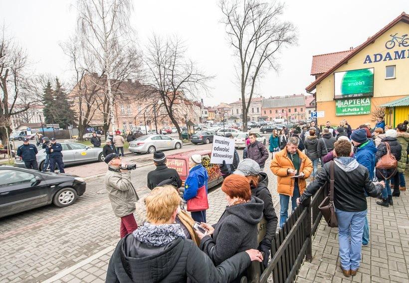 4 marca kupcy wadowiccy protestowali na placu Kosciuszki przeciwko likwidacji przystanków. Manifestację sfilmowała policja